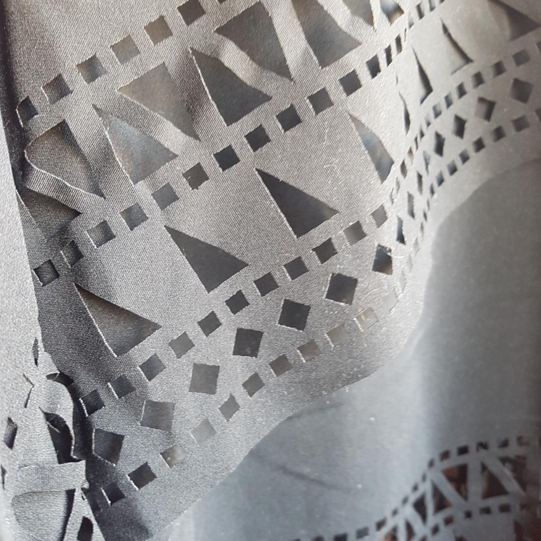 Svart klänning med fin detalj, assymetrisk sydd stl L. Inköpt på shein. . Klänningar.