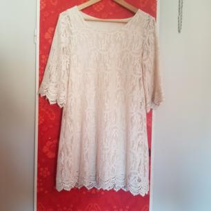 Creamevit, beige virkad klänningen klockade ärmar, knälång. Sparsamt använd.