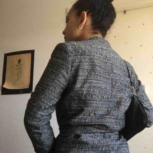 Finfin kavaj ☺️ I utmärkt skick då jag aldrig använt den och den bara legat undangömd i ett tag! Liten i storlek, har fickor och band för att knyta som sett på bilden ❤️ Frakten är inkluderad i priset 💪🏽