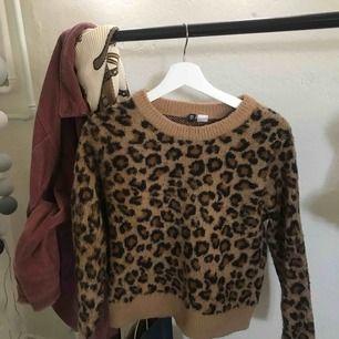 Superfin leopardtröja från H&M i storlek S. Använd fåtal gånger. Om ni är intresserade av att köpa så kolla min beskrivning ☺️