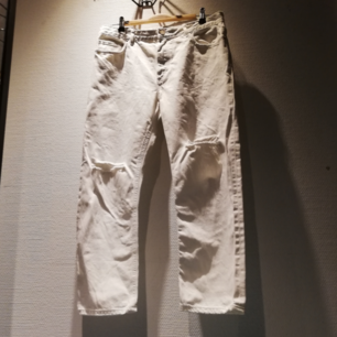 Acne Studios Pop White Trash i stl 38. Vita croppade jeans i rak modell med slitningar. Frakt 63 kr.