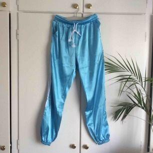 jättefina silkeslena byxor som jag sparat så länge jag kunnat i hopp om att de ska passa rätt men de är tyvärr lite små för mej. har ingen storlek men skulle säga S ca 36 🏝💙💘 köpare står för frakt👼