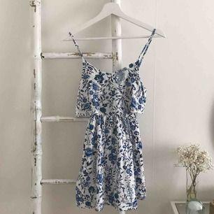 En fin blå klänning med super fint mönster men tyvärr för liten, köpt på H&m💖💖