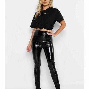 Säljer ett par super fina lackade leggings från boohoo som tyvärr inte passar. Aldrig använda