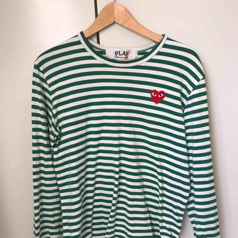 Skitsnygg CDG tröja. Köpt på NK i Stockholm, nästintill aldrig använd. . Huvtröjor & Träningströjor.