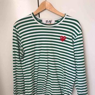 Skitsnygg CDG tröja. Köpt på NK i Stockholm, nästintill aldrig använd.