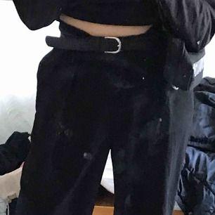 """as snygga kostymbyxor i """"flowigt"""" material perfekt nu när det blir varmare. Jag själv är lång och byxorna är perfekt längd. midjan och har någon slags """"v"""" form så dem formar ens midja jätte fint! Byxorna är jätte highwaisted."""