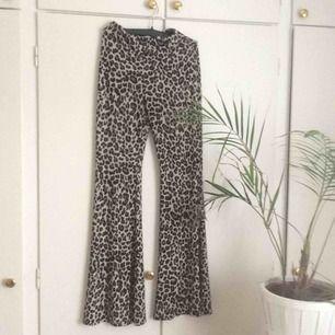 stretchiga, utsvängda leopardbyxor från ASOS, storlek S. tyger faller väldigt fint. 😍 endast använda en gång. köparen står för frakt💘🐆🐆