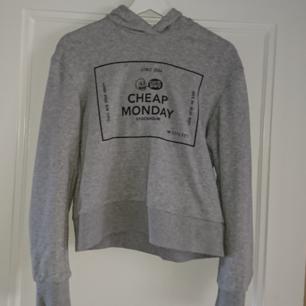 Croppad hoodie från cheap monday, frakt 27kr betalning via swish