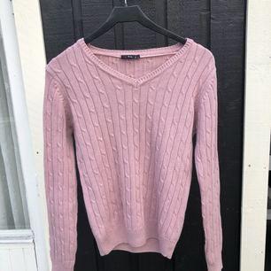 Stickad tröja från Isolde i storlek S. Sparsamt använd och i bra skick :) Postar mot frakt, alt kan jag mötas upp i Uppsala!