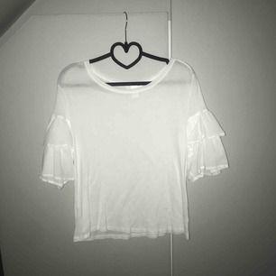 Jättefin t-shirt från H&M med volangärm. Knappt använd