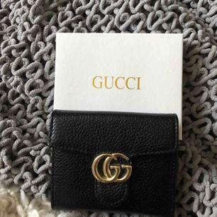 AA kopia Gucci plånbok, i svart läder med guld detaljer