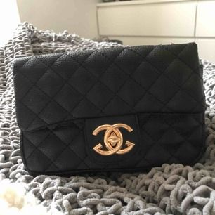 Fake Chanel väska, med guld detaljer  Ganska liten men man får plats med mobil osv