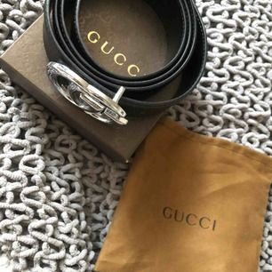 AAA kopia Gucci skärp med silver  Skärpet går att ändra i storlek genom att göra hål i läder bandet (har själv inte gjort några hål eftersom jag inte använt det)  Går att använde för båda killar och tjejer