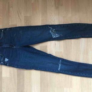 Fina mörkblåa högmidjade jeans från gina me slitningar, använd få gånger och hålet i byxorna har töjts ut lite mer från när dom var köpta. Ganska strechigt material, nypriset var 500kr.