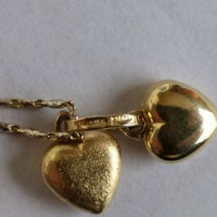 Halsband med två hjärtan i gult guld, kedjan är i både vitt och gult guld. Kedjans längd är 46cm.  Fick detta som gåva, januari 2008, och har därför inget kvitto. Halsbandet är köpt i Spanien.  Halsbandet säljes med sin original ask och skickas som spårbar och försäkrad försändelse.