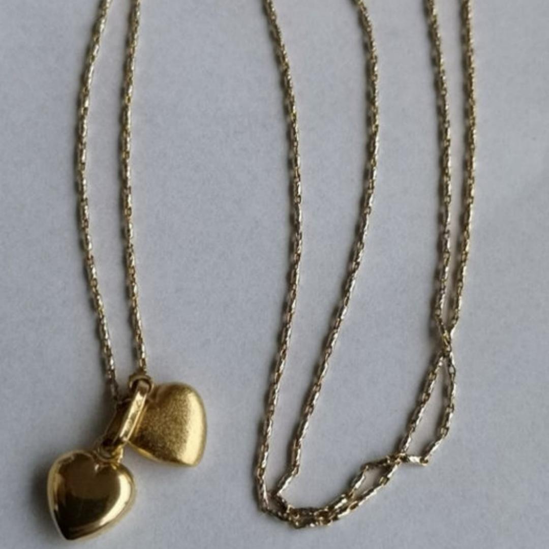 Halsband med två hjärtan i gult guld, kedjan är i både vitt och gult guld. Kedjans längd är 46cm.  Fick detta som gåva, januari 2008, och har därför inget kvitto. Halsbandet är köpt i Spanien.  Halsbandet säljes med sin original ask och skickas som spårbar och försäkrad försändelse.. Accessoarer.
