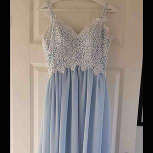 Ljusblå balklänning Passar S och dig som är 170 cm lång eller använder klackskor