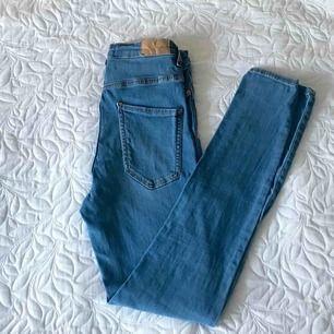 Jätte fina blåa jeans från Ginatricot❤️ säljer eftersom de inte används så mycket som jag önskat. Modellen Molly, alltså högmidjade, frakt tillkommer