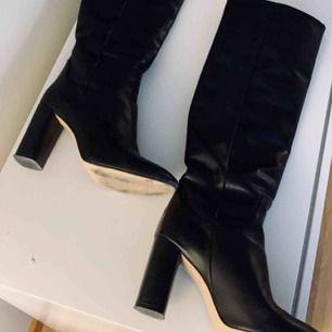 Knähöga stövlar i skinn från Zara, storlek 37. Något skavda framtill på tån (inget som syns när stöveln är på foten) men i övrigt jättefint skick. Ord pris 1399 kr