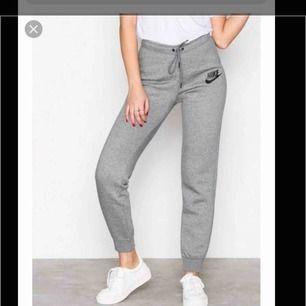 """Säljer ett par supersnygga nike mjukisar. De är inte lika """"pösiga"""" som vanliga mjukisar utan lite tajjtare vid benen och rumpan. Köpt för 479kr från nelly. Använd några gånger endast och passar både xs och s."""