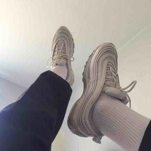 Air max 97 i den största damstorleken (42.5), personligen har jag ganska vida fötter så dessa blir för tighta och för små på mig. Men om man inte har vida fötter så kommer dessa passa normalt! :-)) Köpare står för eventuell frakt.