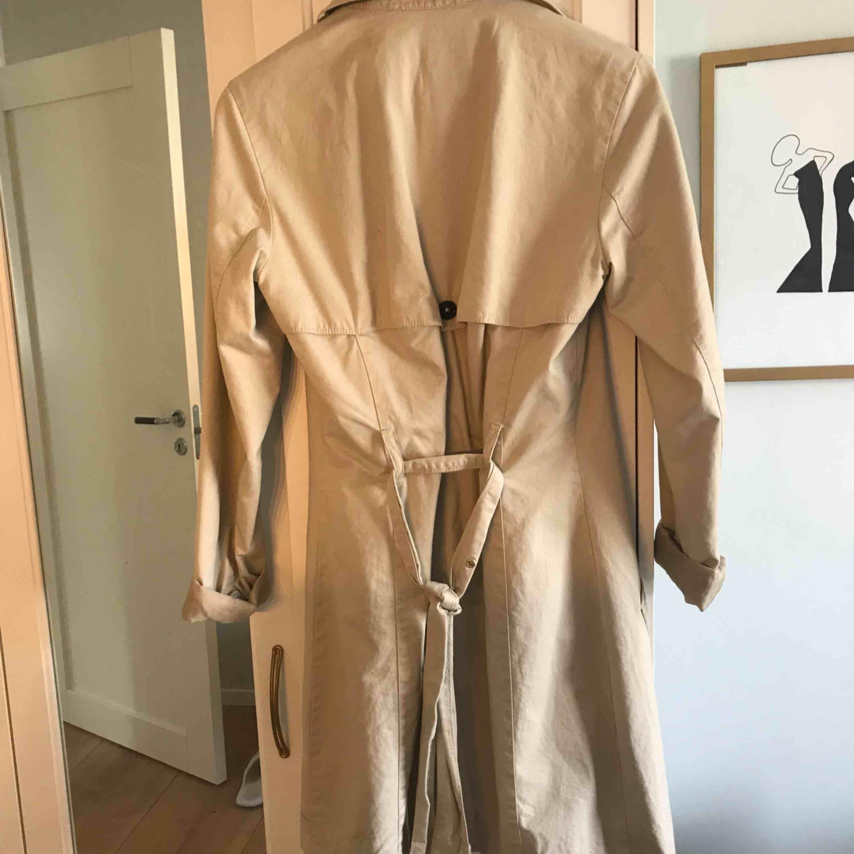 Beige kappa perfekt till hösten eller våren. Använd fåtal gånger och säljer nu för att den är för liten🧥. Jackor.