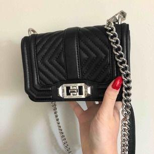 Liten svart väska med silverdetaljer från Rebecca Minkoff. Väskan är i perfekt skick och använd vid fåtal tillfällen. Originalpris 2800kr.