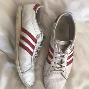 """Adidasskor! Säljer mina favoritskor för måste acceptera att dom är för stora. Passar smalare fötter då de tillhör adidas """"sleek series"""". Slitningar syns på bild 2 och 3, men i övrigt är skorna fint skick. Snyggaste vintage-sneakern!"""