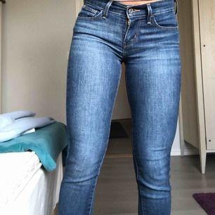 Tyvärr har mina levis jeans blivit för små därför säljer jag dom här jätte snygga skinny jeans i mörkblå färg. Modellen är 710 super skinny