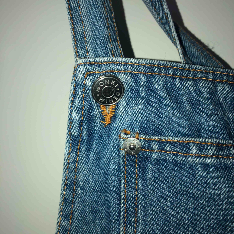 En superfin hängselklänning ifrån monki  Köpt för ca 4 år sedan men endast använd 1 gång  Superfin kvalité och i helt nyskick Köpt för runt 600kr   Köparen står för frakt (runt 50kr)  Kan mötas upp i linköping . Klänningar.