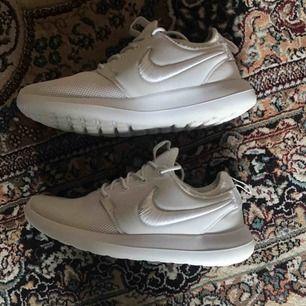 Nike Roshe Run. Ordinarie pris, 1000kr  Skorna är använda fåtal gånger.   Frakt ingår i priset.