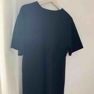 Svart T-shirt klänning i ett lite tjockare material. Oanvänd pågrund av fel strl. Men perfekt lång för mig som är 167 cm lång.