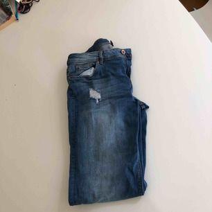 Mom jeans från H&M Aldrig använda.  Slitningar