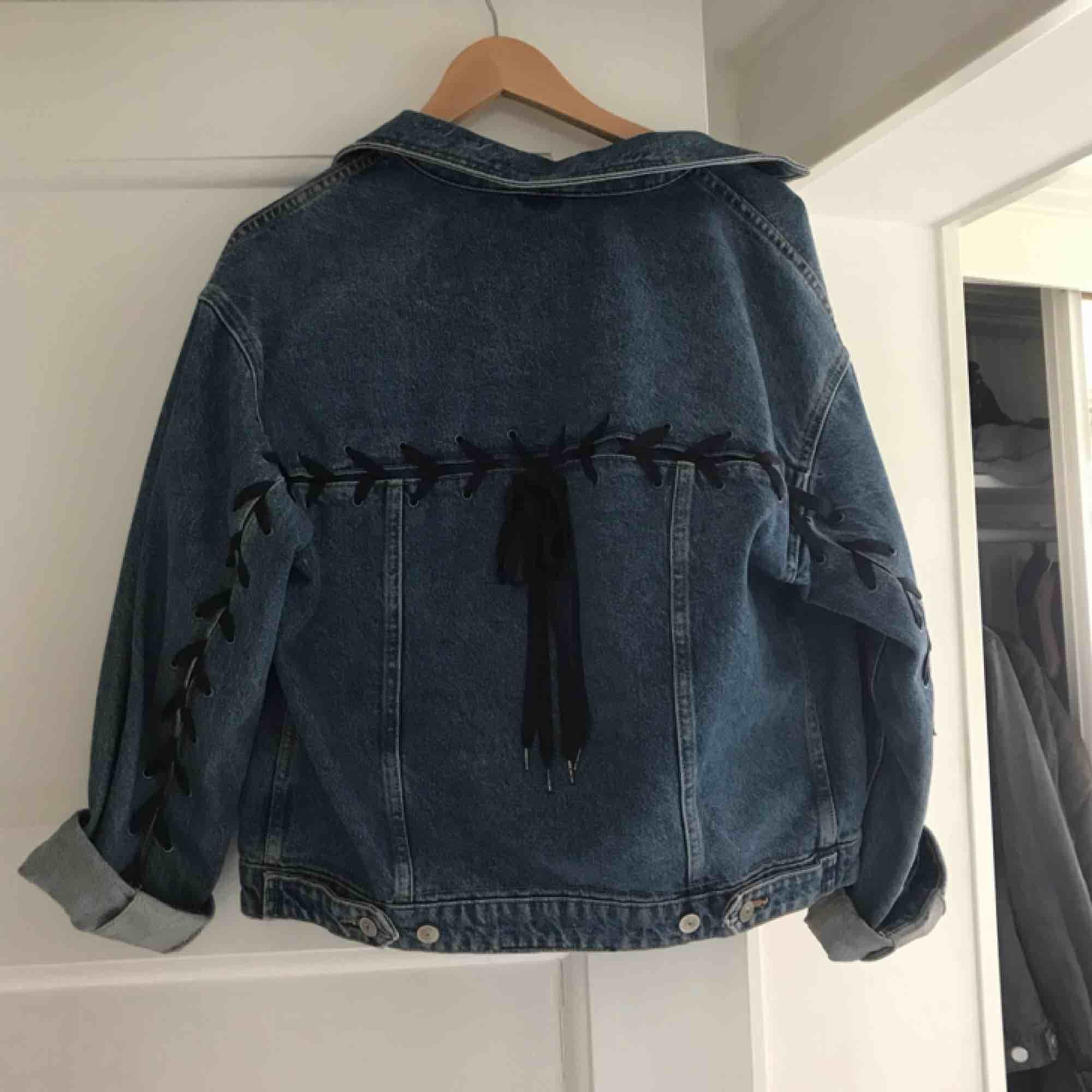Snyggaste jeansjackan med snörning i ryggen från HM! Storlek 38, men jag har haft den som lite oversize (jag är vanligtvis 36), tror att den även kan passa större storlekar. Snöret går art knyta upp och ta bort om man vill det. Pris går att diskutera!. Jackor.