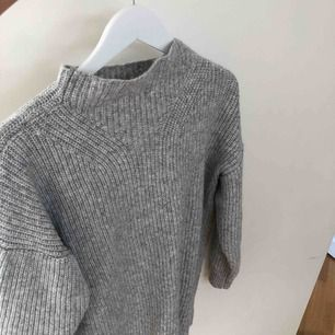 Stickad grå tröja från Mango. Jätteskön och värmer bra.  Endast Swish och fraktkostnad tillkommer.
