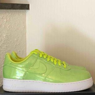 Helt nya Nike Air Force 1 i en grym grön färg. Nypris 1100kr. Mitt pris 800kr! Aldrig använda som sagt och perfekt till sommaren!