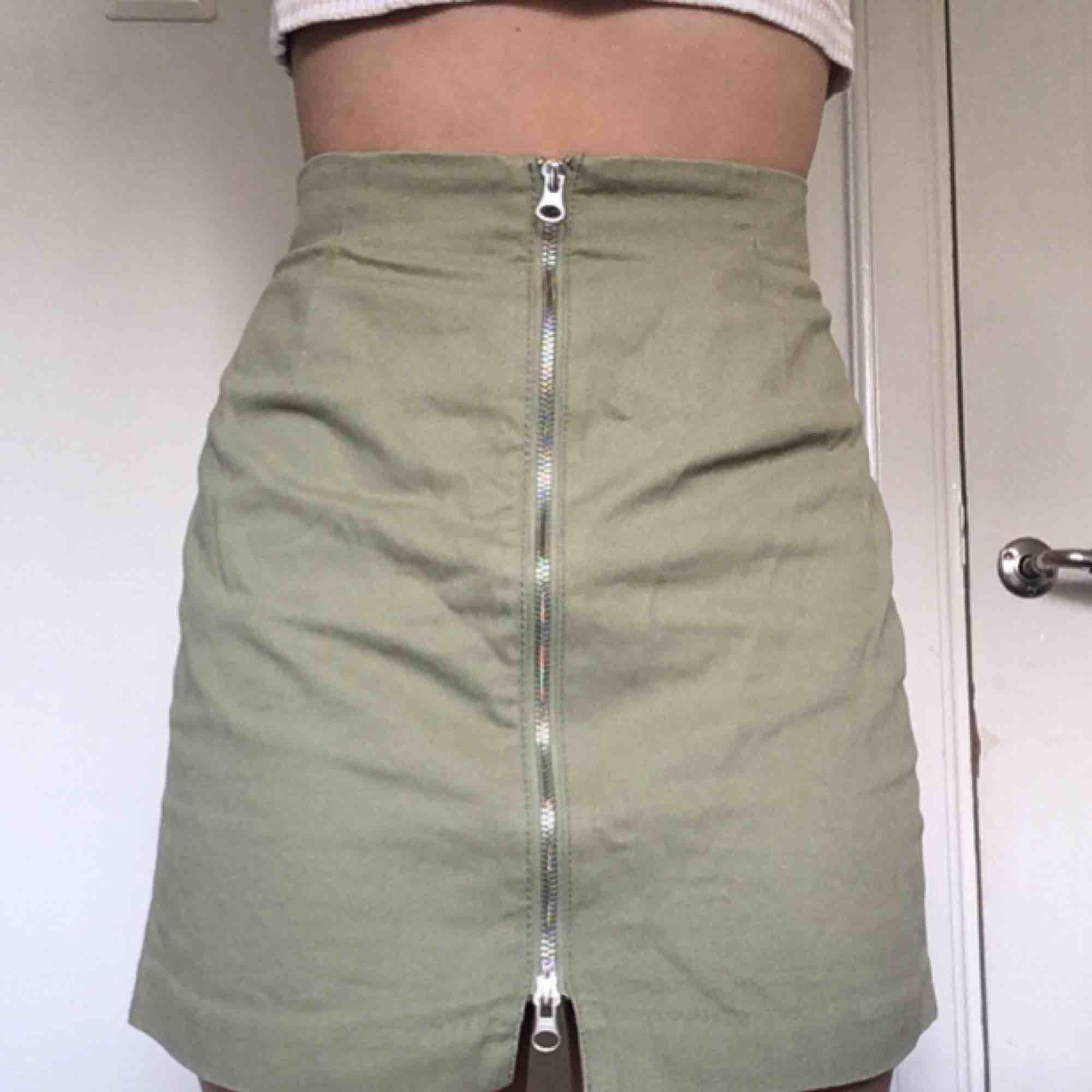 Khakigrön Weekday kjol i gott skick, har använt ca 3 gånger . Kjolar.