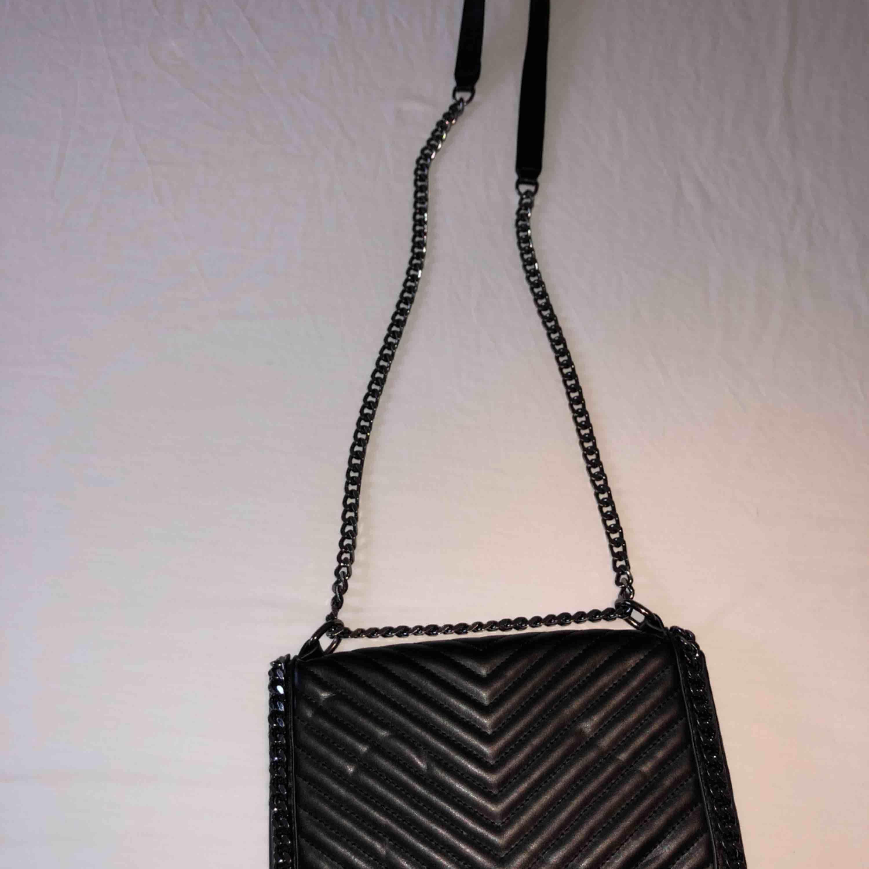 Oanvänd svart läderväska från Gina Tricot, pris kan diskuteras . Väskor.