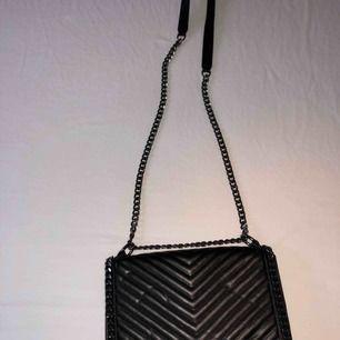 Oanvänd svart läderväska från Gina Tricot, pris kan diskuteras