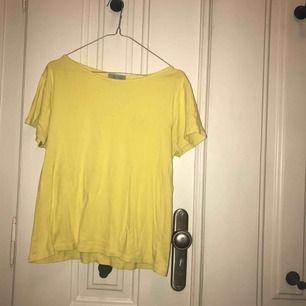 Varmgul t-shirt i snygg modell som kan dras ner över axlarna