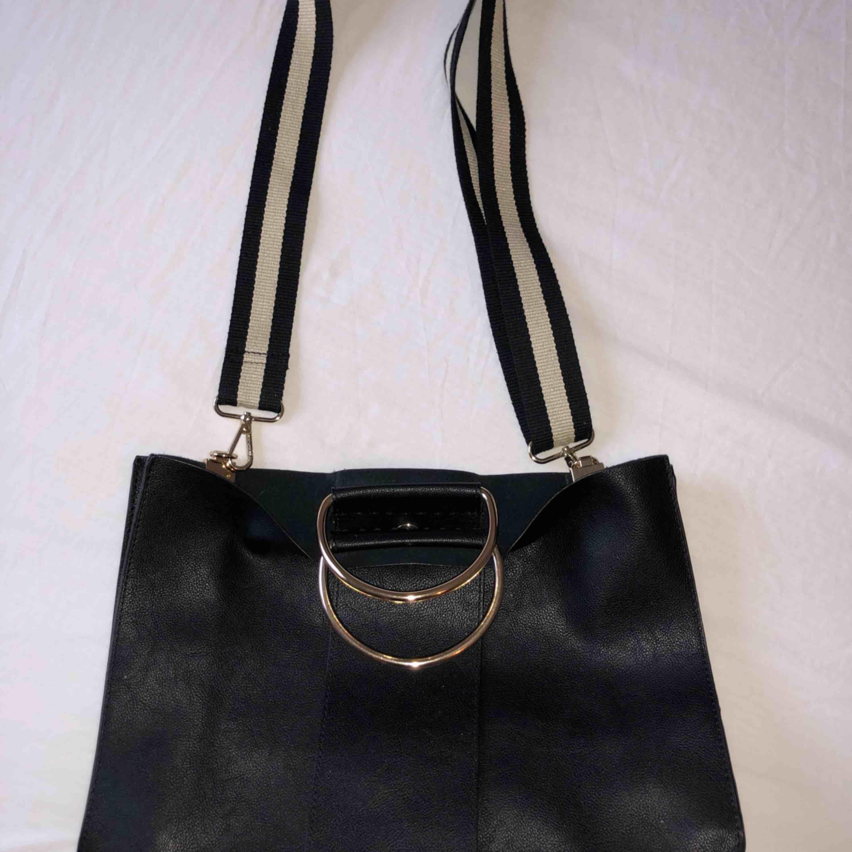 Svart väska från ZARA, nästan oanvänd, priset kan diskuteras. Väskor.