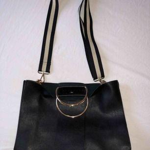 Svart väska från ZARA, nästan oanvänd, priset kan diskuteras