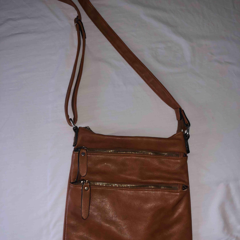 Brun väska från Zara, pris kan diskuteras. Väskor.