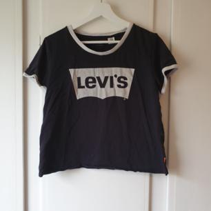 Levis t-shirt med vita detaljer ⭐