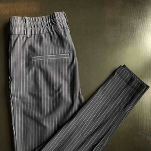 Randiga kostym/fin-byxor med stretch från Only, knappast använda och som nya!