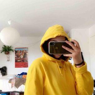 Supersnygg och mysig gul hoodie!💛 Inga hål eller slitningar, använd kanske 3 gånger. Köpt på Carlings i Stockholm.