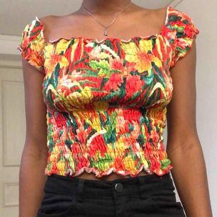 min förra favvo tröja!! väldigt passande till sommaren då den ger mig somriga vibes 🤩 säljer pga inte längre kommer till användning :( den söker en ny ägare <3