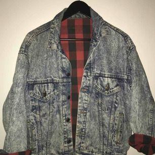 Vintage Levi's jeansjacka. Stentvättad, bra skick. Oversizemodell, ca strl M. Passar både till kvinna och man i  strl S-L beroende på hur man vill att den ska sitta. Kan fraktas eller hämtas i Göteborg💫