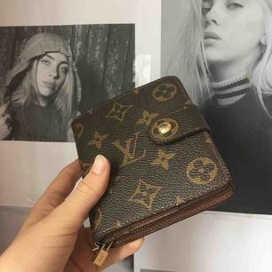 Fake Louis Vuitton purse. Ser exakt ut som en riktigt men materialet är inte äkta läder det är det ända! Frakt tillkommer❤️
